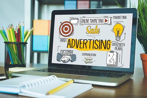 מחשב נייד עם שקופית של פרסום